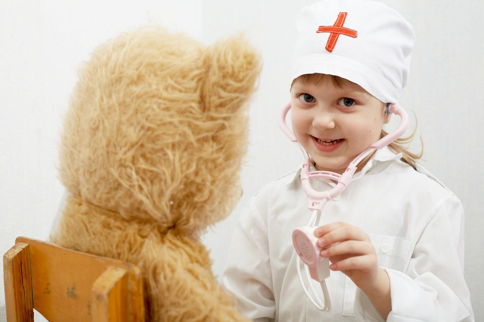 Смотреть врач рассматривает девочку 1 фотография