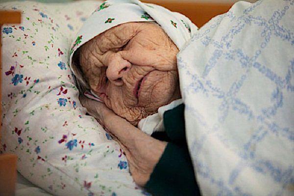 Линдосе проживает приснипась покойная бабушка открыла дверь пригласили
