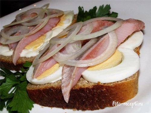 Бутерброды с селедкой и
