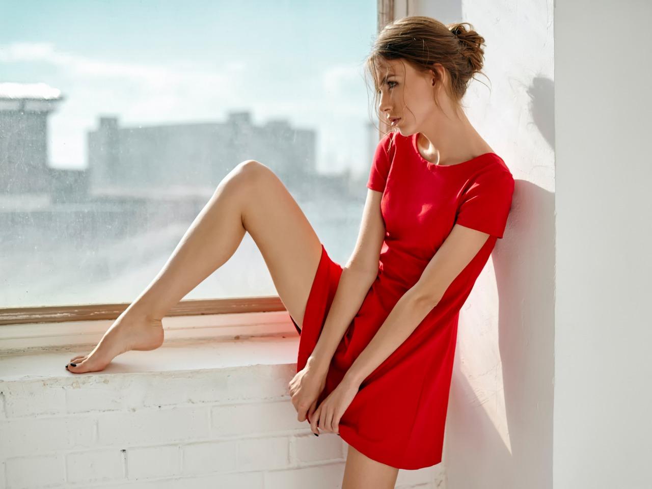 Фото девушки в платье ноги