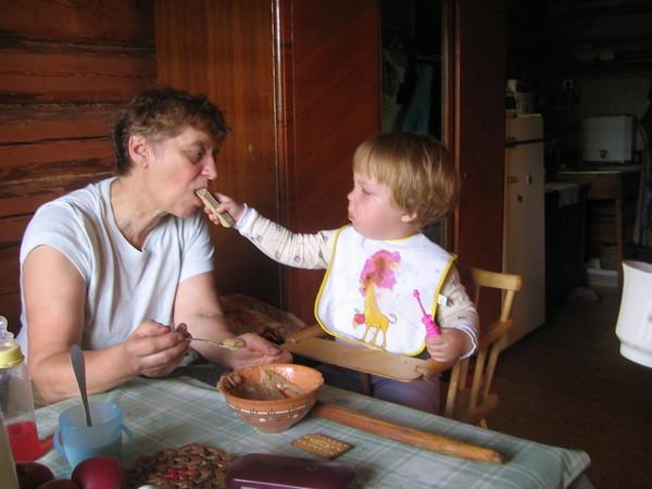 как кормить бабулю а она не ест должно