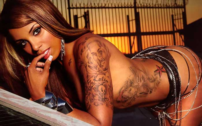 молодая красивая девушка вся в татуировках фото бесплатно