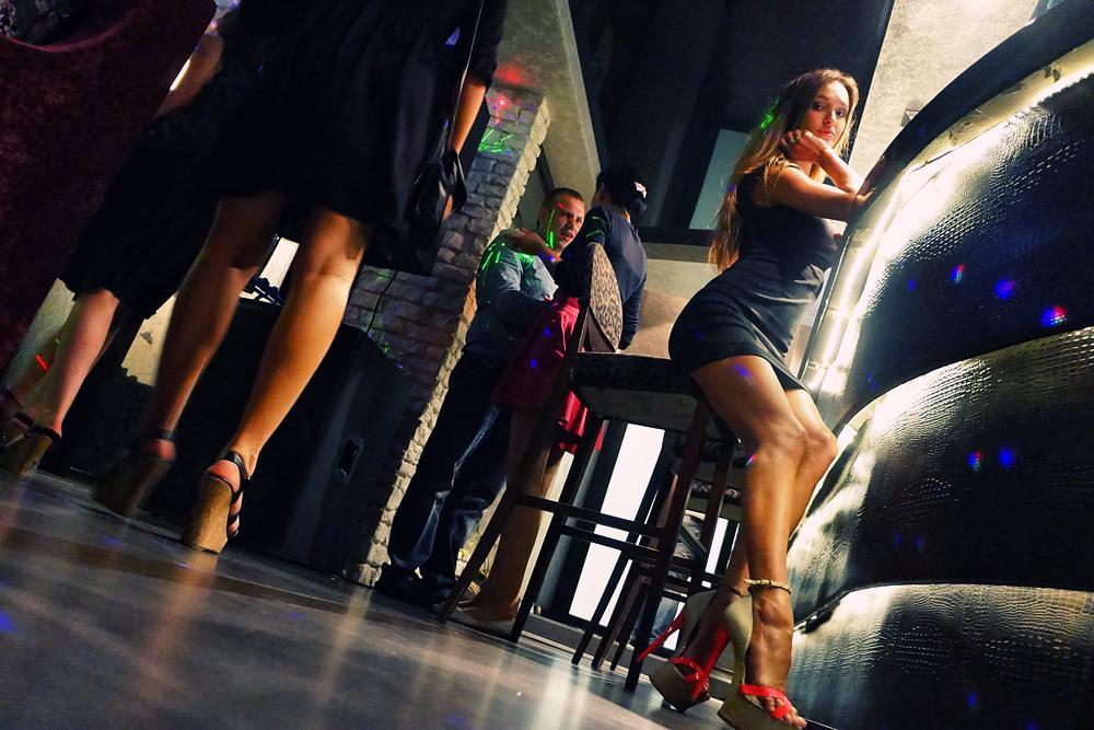 девушки на барной стойке
