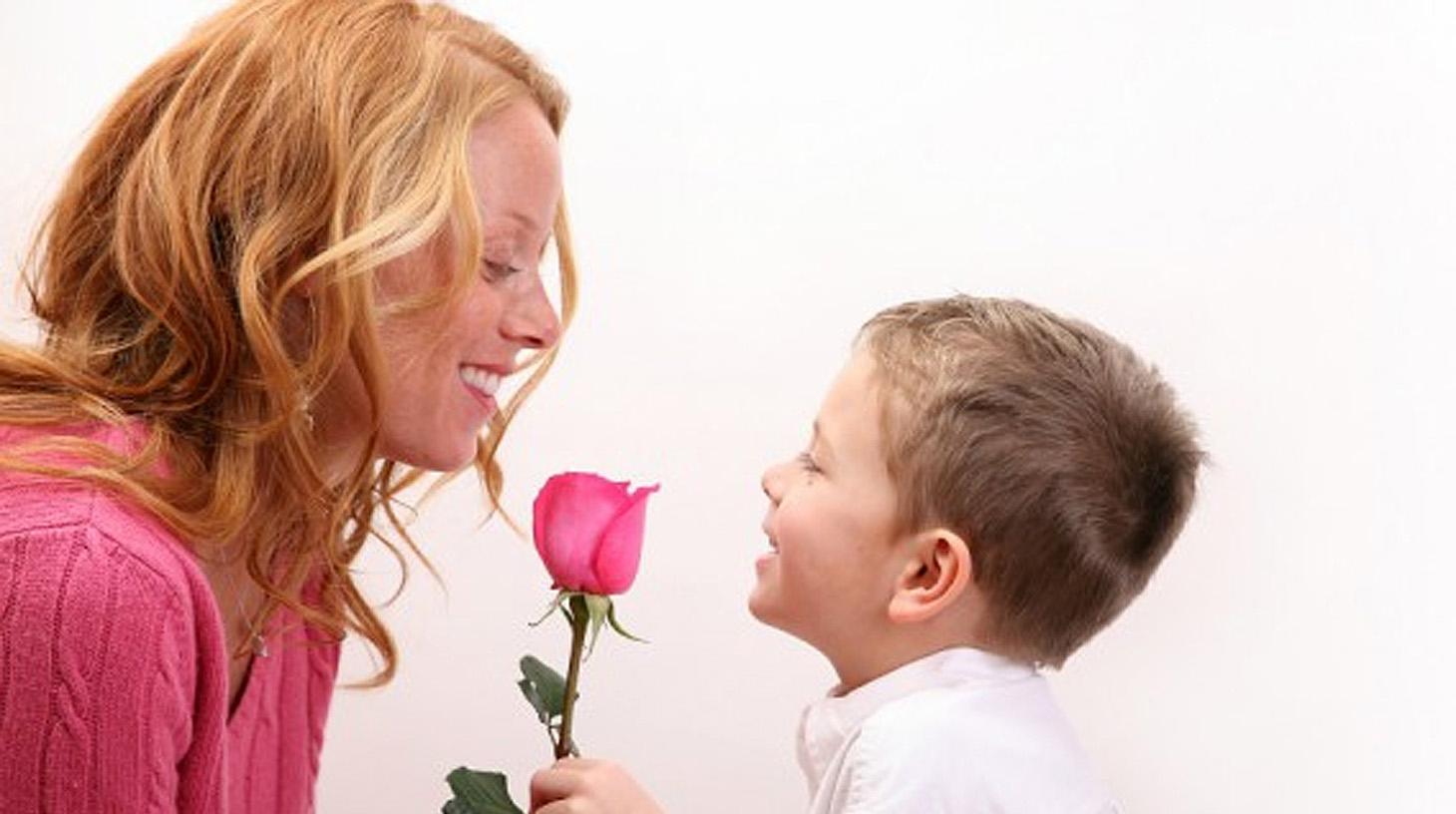 Сын помогает маме 6 фотография