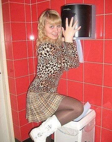 стал проводить клубные шалавы в туалете трахались, сначало